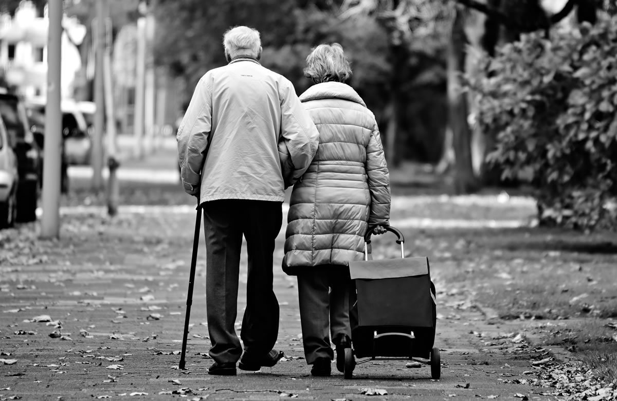 Elderly couple. Image credit: MabelAmber.